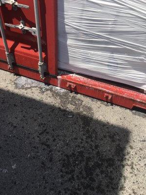 Rỏ rỉ nước xả vải trong container - 15