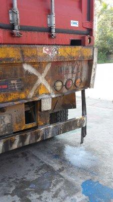 Rỏ rỉ nước xả vải trong container - 8